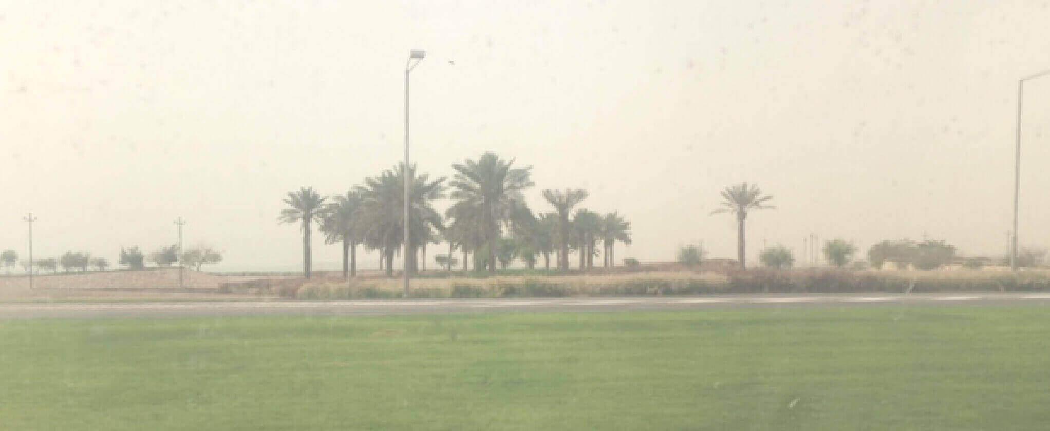 中東の砂漠沿いの道から見た景色