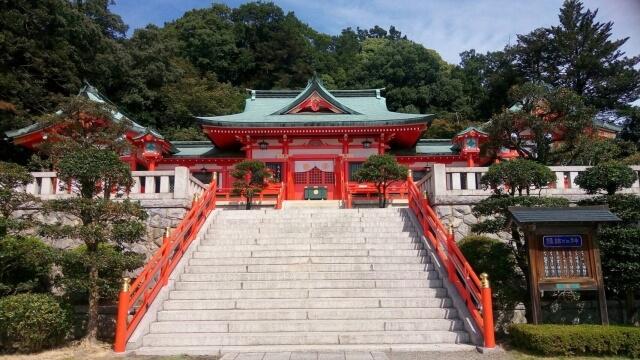 正面から見た格式高い織姫神社