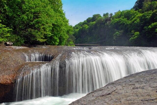 水しぶきをあげる群馬県の吹割の滝