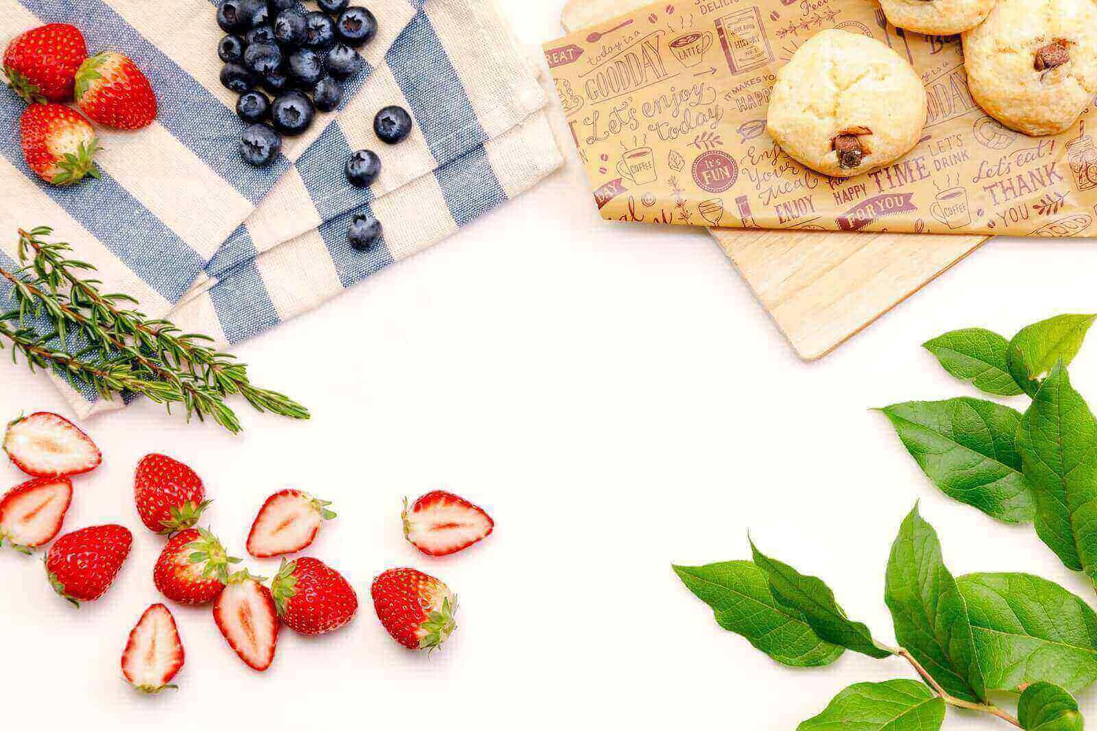 テーブルの上に置かれたクロスとフルーツと葉っぱ