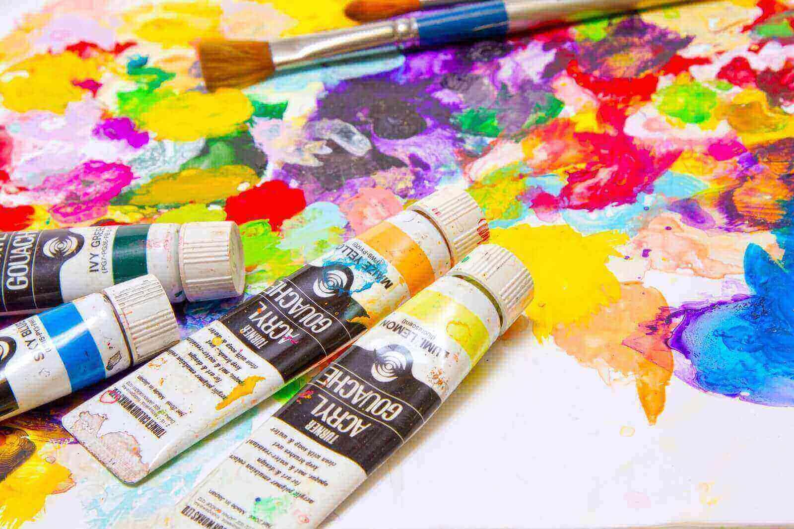 カラフルな水彩絵具と筆